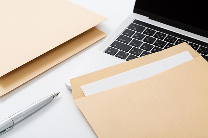 ノートパソコンと茶封筒